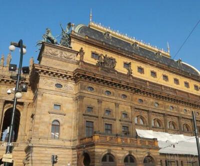 Prag'taki milli tiyatro binasının yapılış hikayesi nedir?