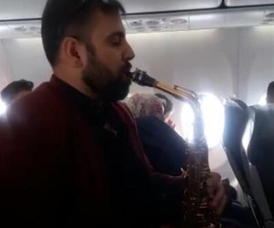 Yüksekova uçağında istek parça: Müzisyen, yolcuları kıramadı
