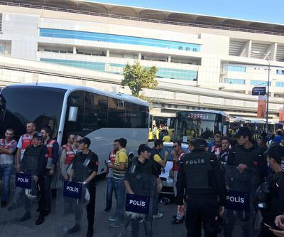 Fenerbahçeli taraftarlar, Türk Telekom Stadı'na doğru yola çıktı