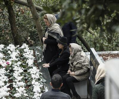 Berna Yılmaz oğlunun mezarı başında