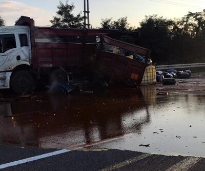Asit yüklü kamyon kaza yaptı, asit yola saçıldı: 1 yaralı