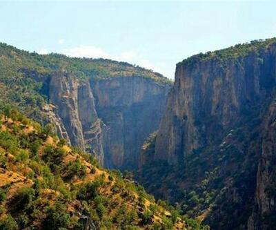 Defineciler doğa harikası kanyonu ve tarihi kiliseyi tarumar etti