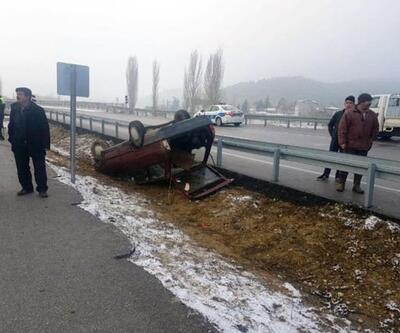 Buzlanan yolda otomobil ters döndü: 6 yaralı