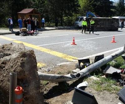 Motosiklet, sinyalizasyon direğine çarpıp devrilen minibüse çarptı: 2 yaralı
