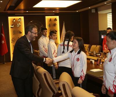 Bakan Kasapoğlu milli haltercileri kabul etti