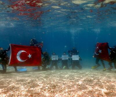 19 Mayıs'ı deniz altında kutladılar