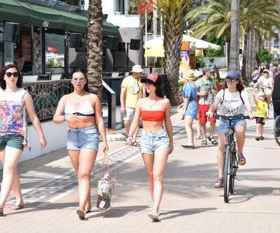 Afrika sıcakları Marmaris'te sokakları boşalttı, plajları doldurdu