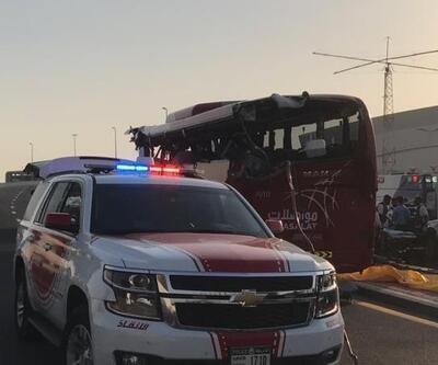 Dubai'de turist otobüsü tabelaya çarptı: 15 ölü, 5 yaralı