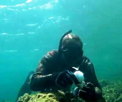 Oltaya yakalanan balığı kurtardı, öperek uğurladı