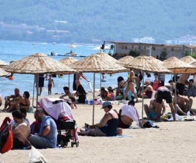 Marmaris'te gündüz plajlar, gece sokaklar doldu