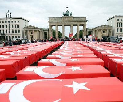 Brandenburg Kapısı'na Türk bayrağına sarılı 251 tabut konuldu