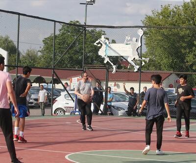 Bakan Kasapoğlu gençlerle basketbol oynadı