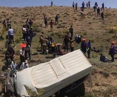 Kaçak göçmenleri taşıyan minibüs takla attı!