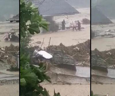 Yaralı kadını sel sularına kapılmaktan vatandaşlar kurtardı