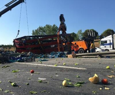 TEM'de kamyon devrildi; Tonlarca meyve ve sebze yolla döküldü