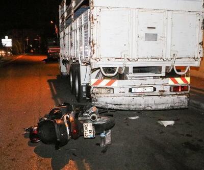 Park halindeki kamyona çarpan motosiklet parçalandı