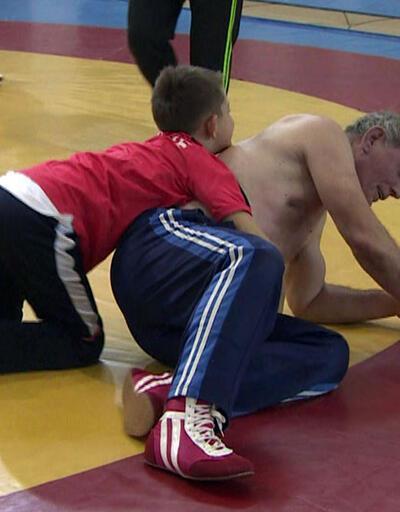 Şampiyon güreşçiler gençlerle bir araya geldi