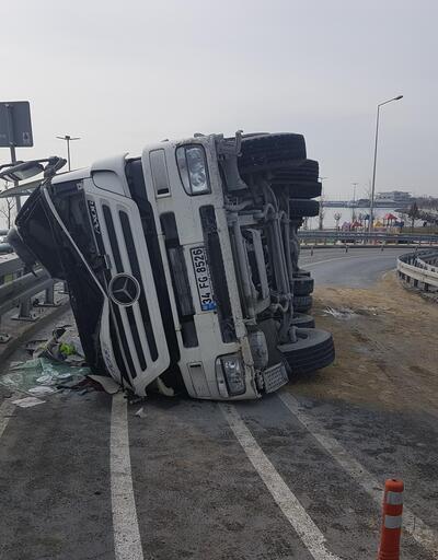 Son dakika... Bakırköy'de beton mikseri devrildi, yol trafiğe kapandı