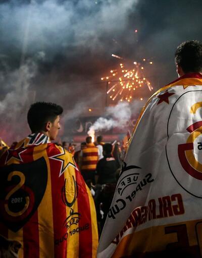 Galatasaray taraftarı şampiyonluk sonrası Florya'ya akın etti