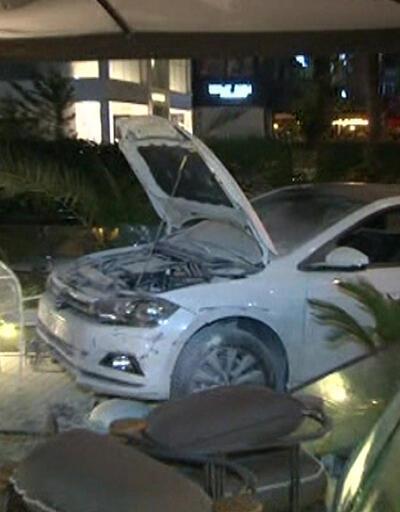 Bağdat Caddesi'nde otomobil kafeye daldı