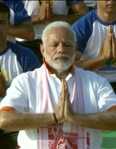 Hindistan Başbakanı 50 bin kişiyle yoga yaptı