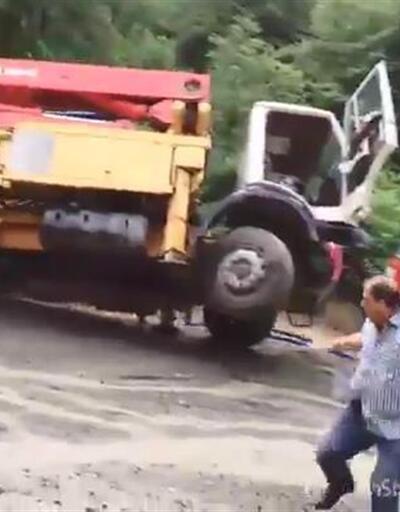 Trabzon'da sel suları, beton pompası ile kamyonu dereye böyle sürükledi