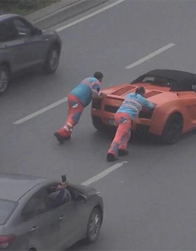 Lamborghini yolda kaldı, işçiler itti
