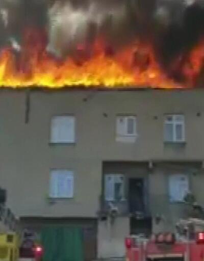 Halkalı'da apartman çatısı alev alev yandı