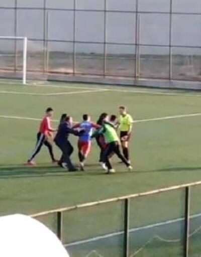 Hatay'daki amatör maçta futbolcu hakeme saldırdı
