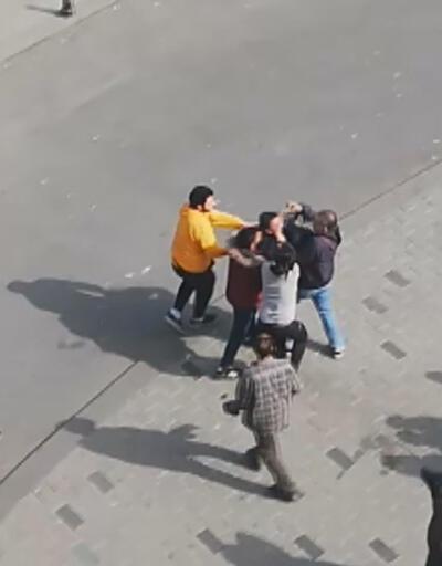 """Taksim Meydanı'nda """"Fotoğrafımı paylaştın"""" kavgası"""