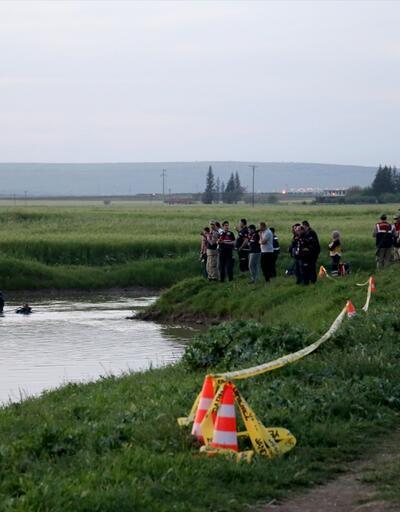 Yüzmek için dereye giren iki gençten biri boğuldu