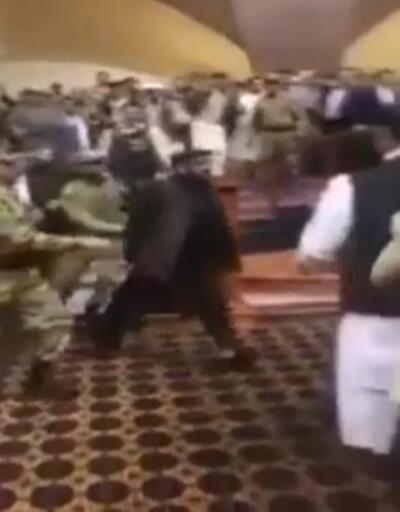 Afganistan'da meclis karıştı, bir vekil bıçak çekti.