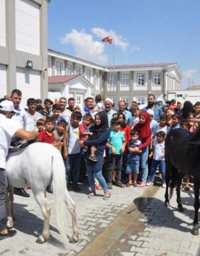 Suriyeli çocuklar atlarla eğlendi