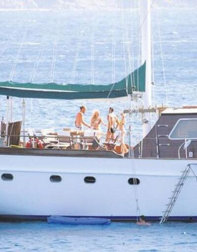 Sakıb Aytaç ile arkadaşı Özgür İleri Esra-Ceyda Ersoy kardeşlerle tatilde
