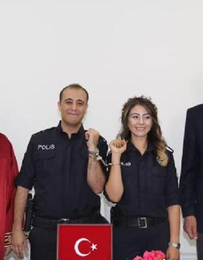 Polis memuru çifte kelepçeli nikah töreni