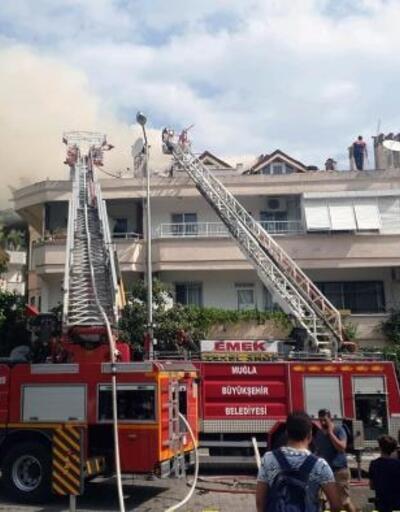 Marmaris'te 3 katlı apartmanın çatı katında yangın