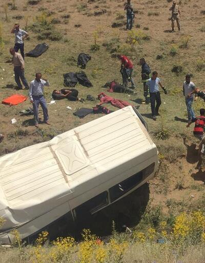 Göçmenleri taşıyan minibüs devrildi: 17 ölü