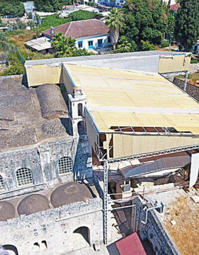 Noel Baba Kilisesi'nin çatısı çürüdü