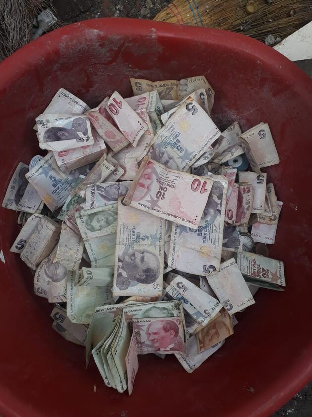 Çöp evden mermilerle yüzlerce para çıktı