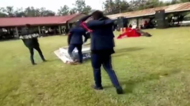 Cenaze töreninde tabutu düşürdüler