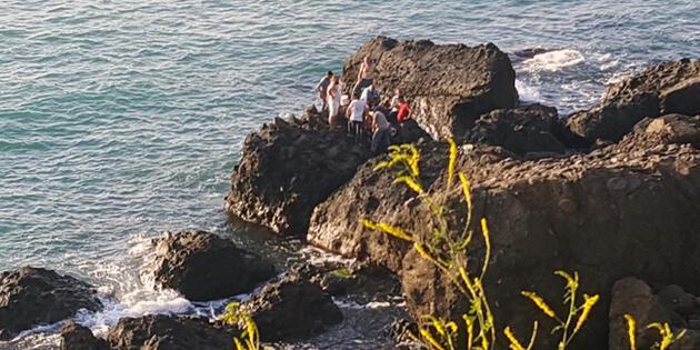 Balık tutmak isterken kayaların arasına düştü