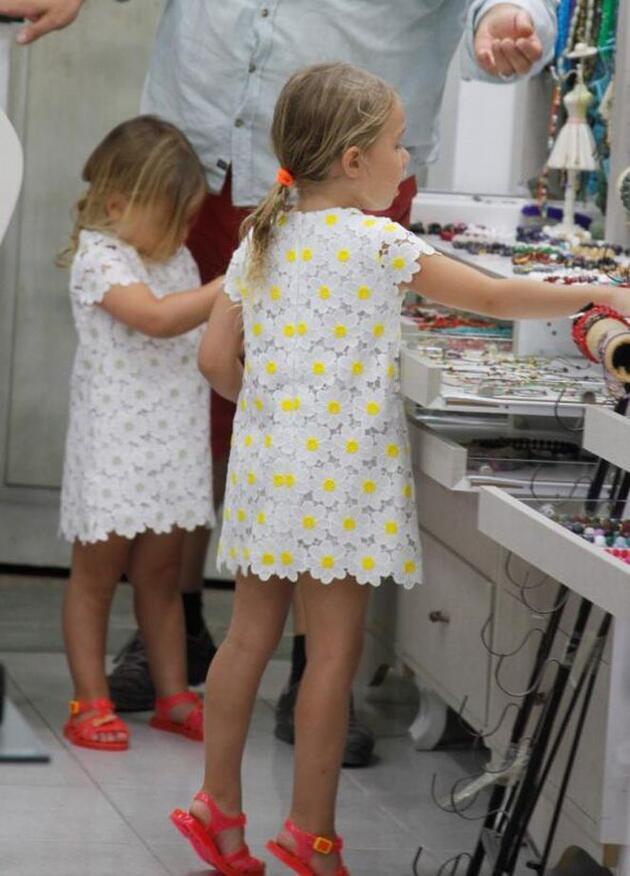 Burak Yılmaz kızlarıyla Alaçatı'da
