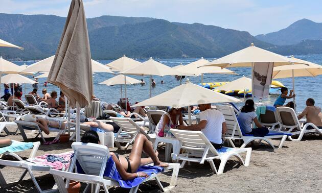 Marmaris'te sıcaktan bunalanlar deniz ve havuzları doldurdu
