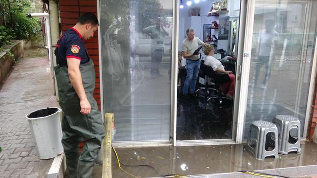 Kuaförü su bastı, müşteri ve çalışanlar mahsur kaldı