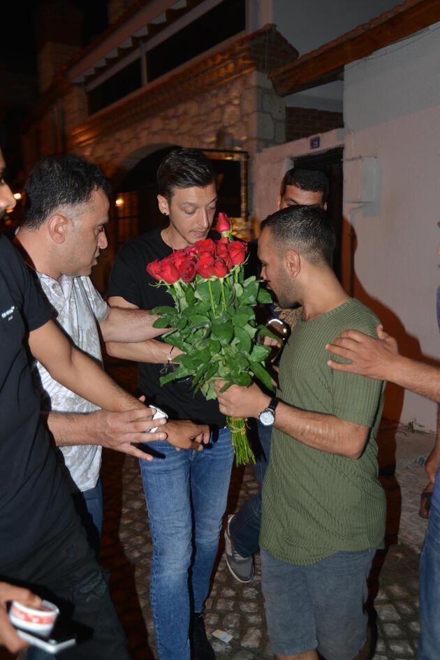 Mesut Özil çiçekçilere tepki gösterdi