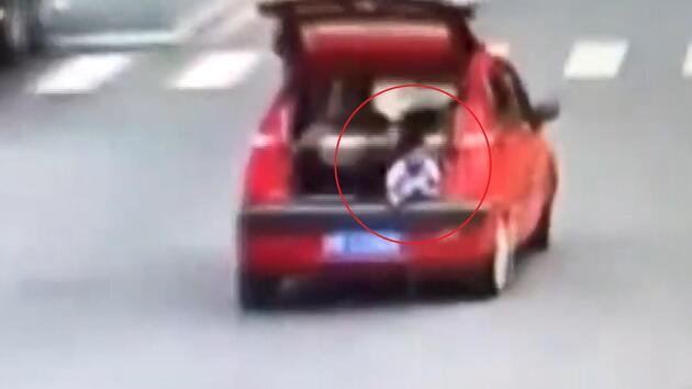 Çocuk otomobil bagajında yolculuk yaptı, annenin haberi olmadı