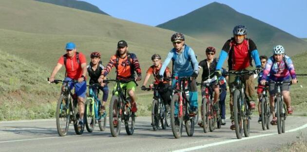 Dağ bisikletiyle Palandöken'i geziyorlar