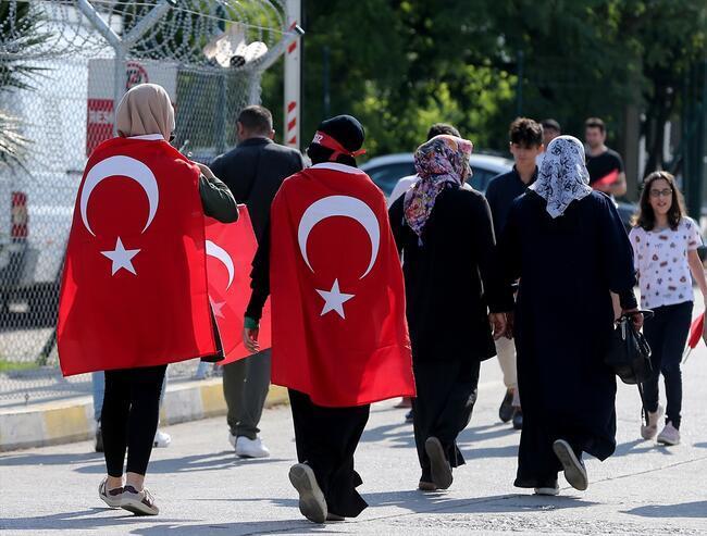 İstanbul'da vatandaşlar Atatürk Havalimanı'na akın etti
