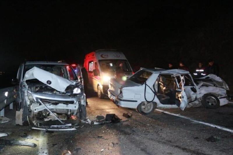 Adana'da hafif ticari araç ile otomobil kafa kafaya çarpıştı: 5 yaralı