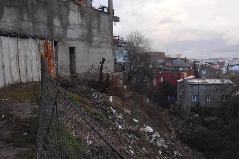 İzmir'de, heyelan nedeniyle bir ev tahliye edildi